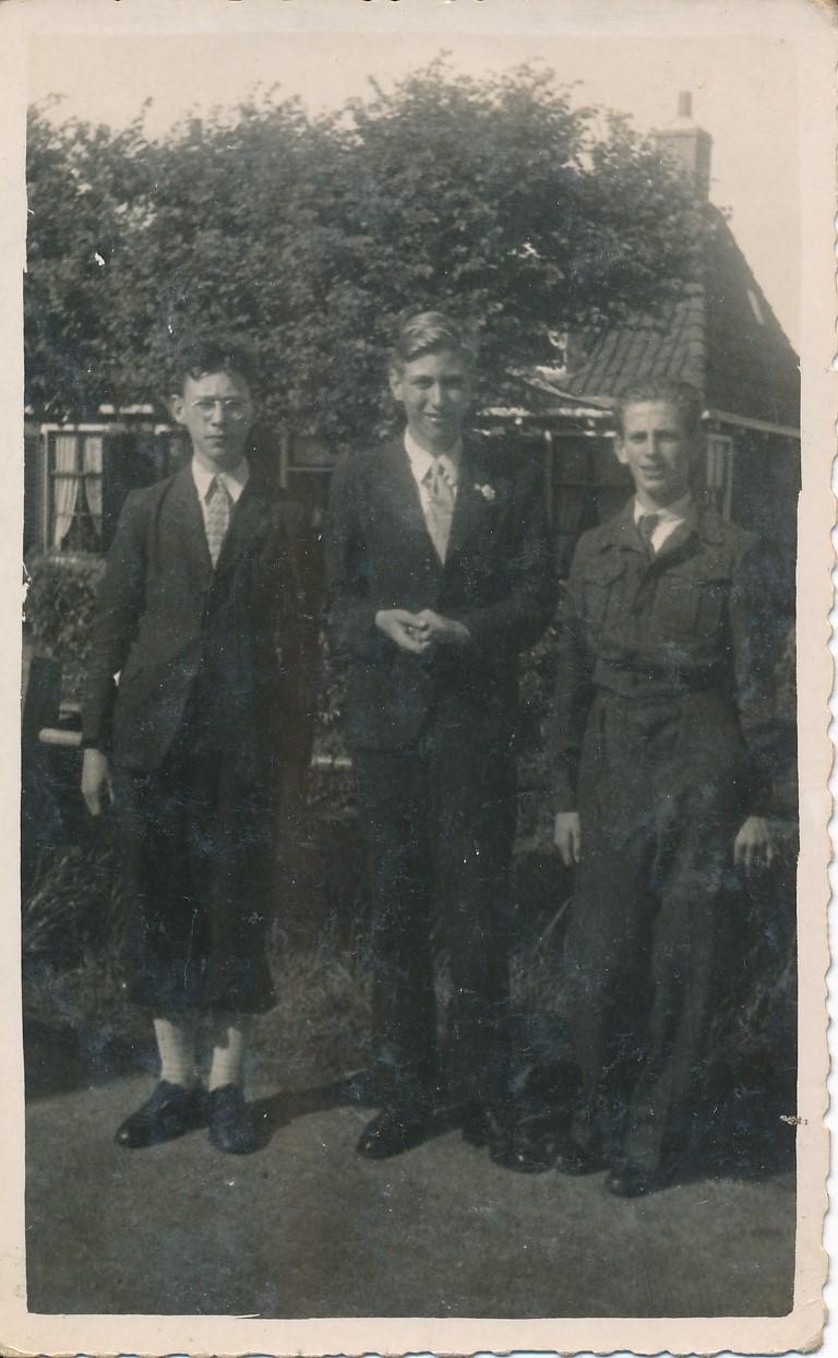 Fotoalbum Andre Kamsma, 151, Andre Kamsma, Piet Verheesen en Doeke Schaafsma 15-08-1946, Op e Dille