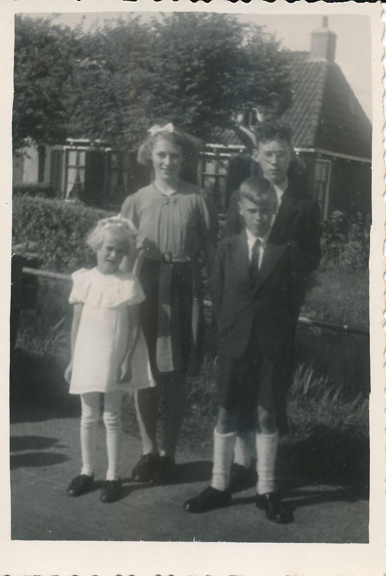 Fotoalbum Andre Kamsma, 152, Andre, Lauw, Julia en Rjimke Kamsma, 15-08-1946, Op e Dille (2)