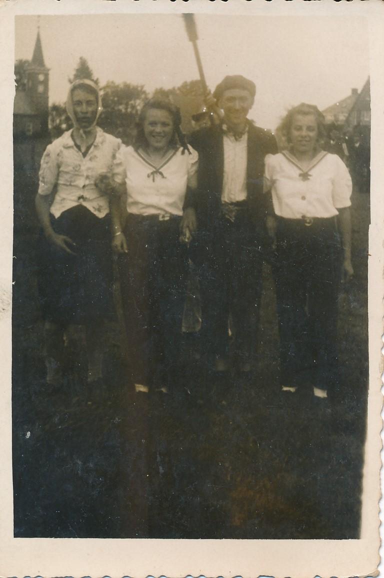 Fotoalbum Andre Kamsma, 153, Andre Kamsma, Griet Hoogma, Piet Verheesen en Pita Hoogma, merke 1946