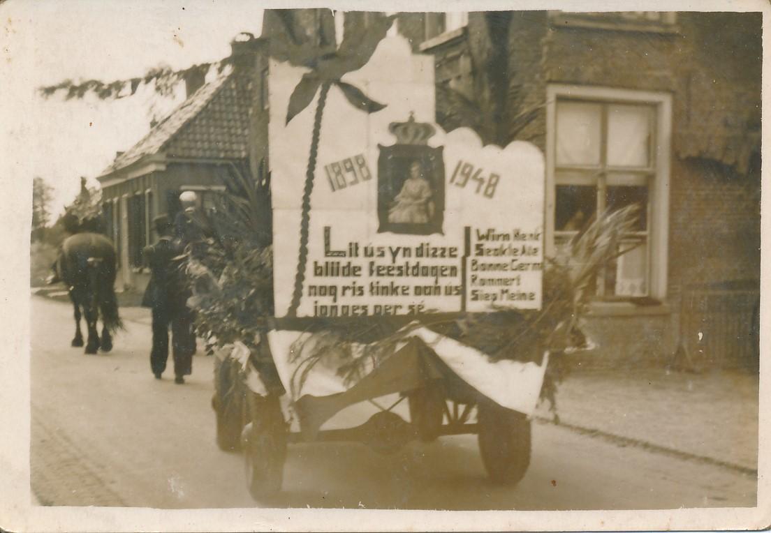 Fotoalbum Andre Kamsma, 157, Jubileum 50 jier Koningin Wilhemina (1898-1948), Optocht yn Easterwierrum, Doarpsstrjitte