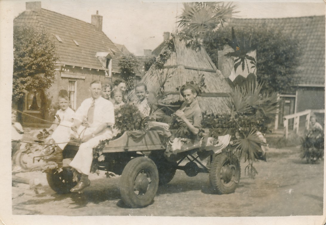 Fotoalbum Andre Kamsma, 158, Jubileum 50 jier Koningin Wilhemina (1898-1948), Optocht yn Easterwierrum, Doarpstrjitte