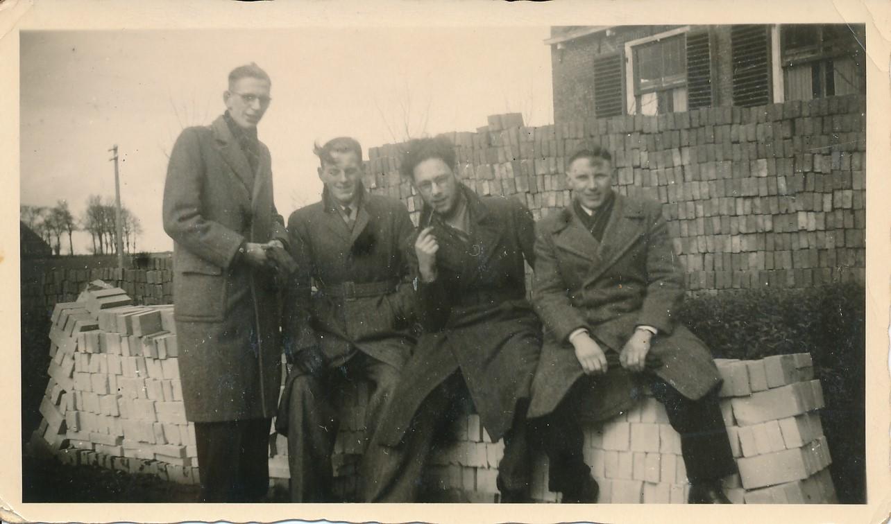 Fotoalbum Andre Kamsma, 159, by de pleats fan Jorna, jierren 50, Doeke Schaafsma, Douwe Schaafsma, Andre Kamsma en Meint Jorna