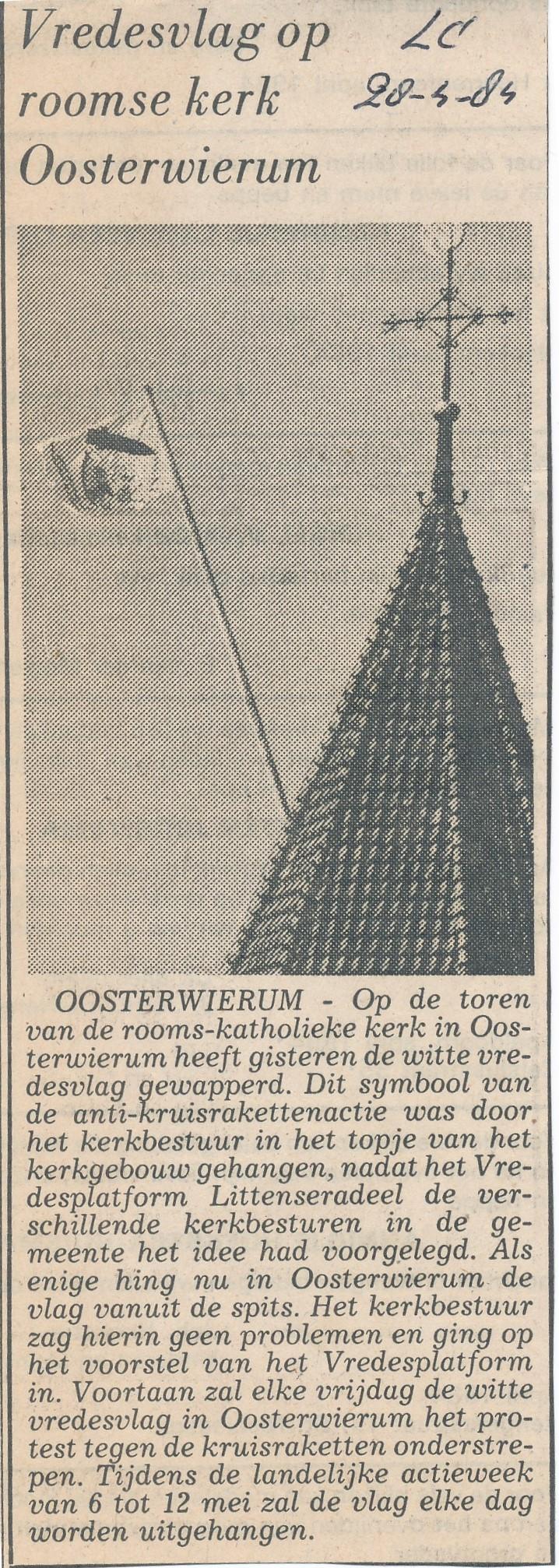 Fotoalbum Andre Kamsma, 192, Kranteknipsel vredesvlag op Roomse Kerk, LC 28-04-1984