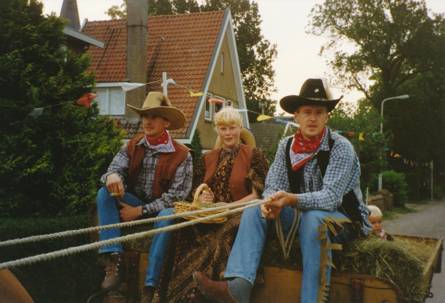 Fotoalbum Anneke Miedema, 009, Merke 1994, augustus, Frits Miedema, Baukje Boersma en Cor Miedema