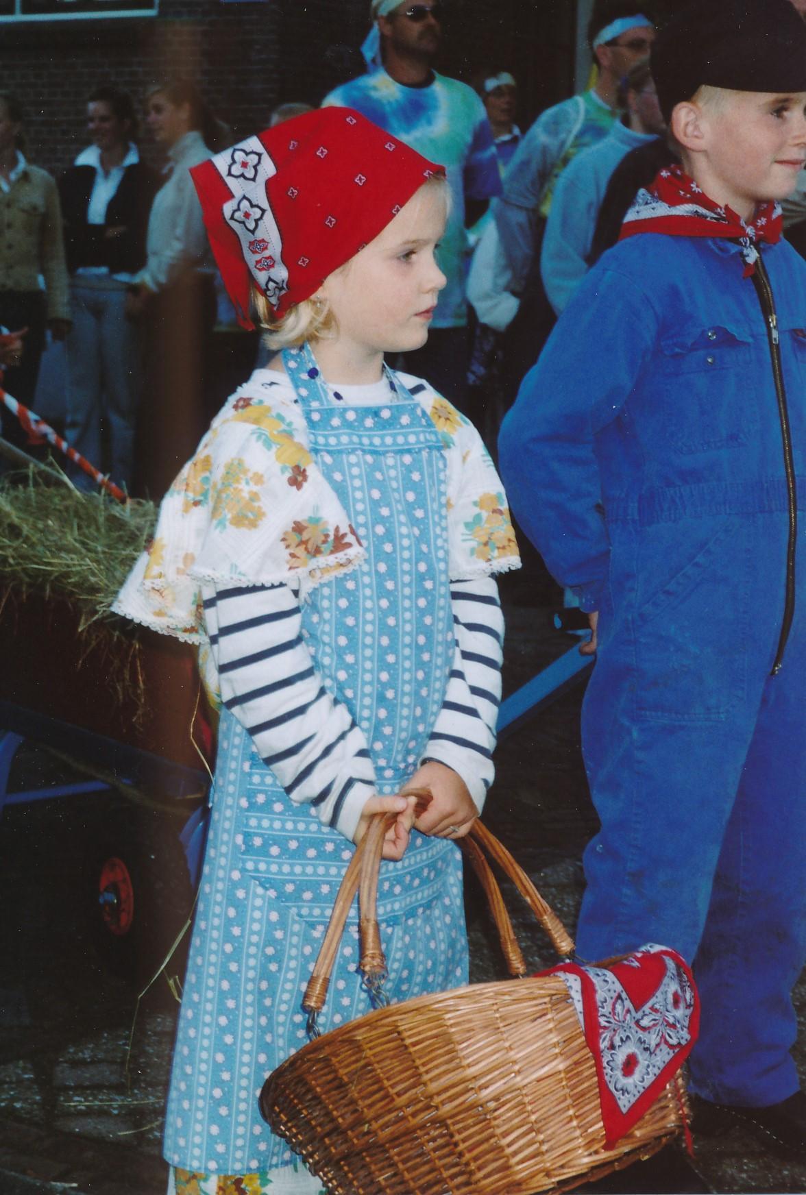 Fotoalbum Anneke Miedema, 016, Optocht Sjoukje en Floris Miedema, Merke 2002
