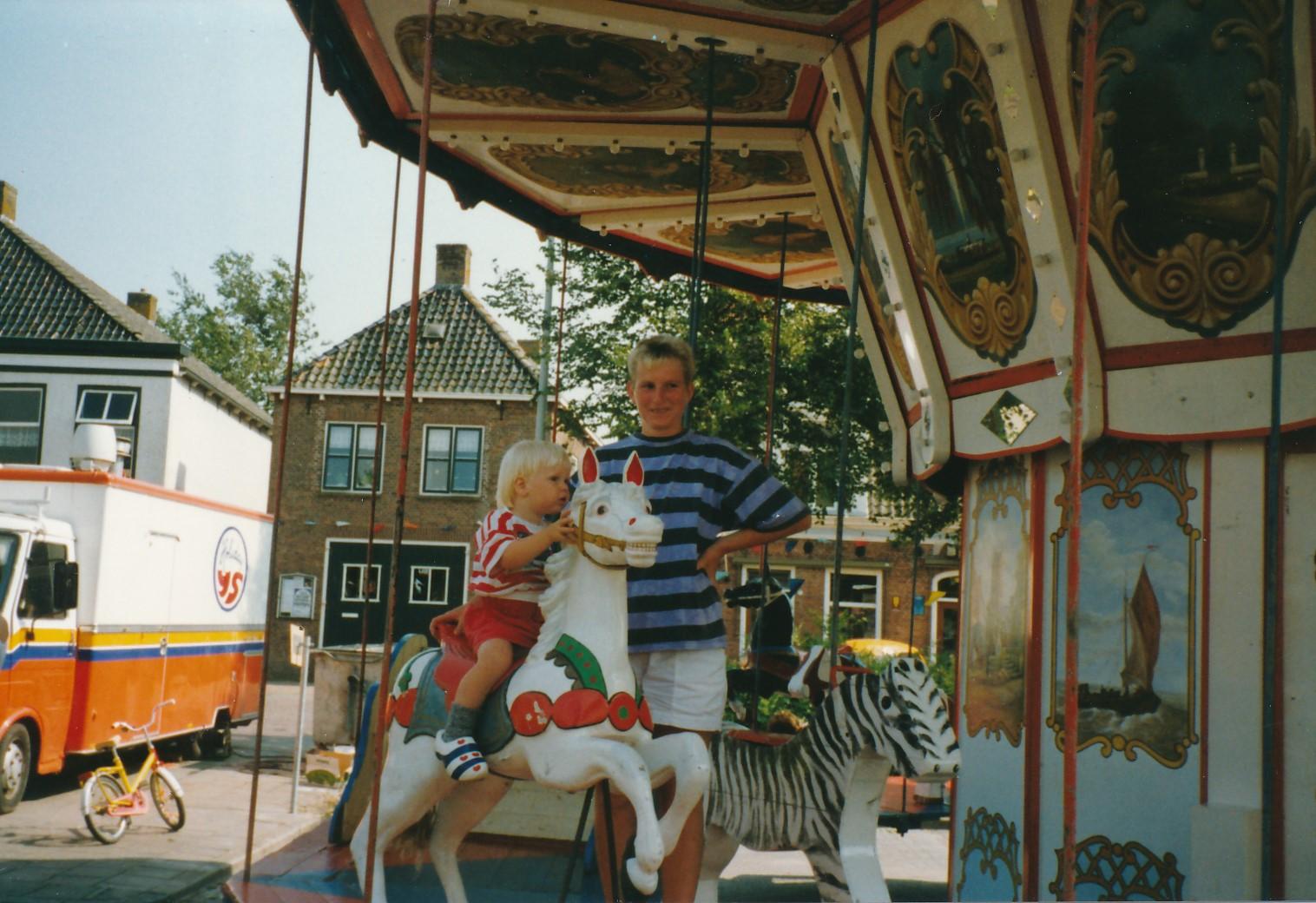 Fotoalbum Anneke Miedema, 021, Geeske en Jitske Miedema yn de draaimûle, Merke 1991