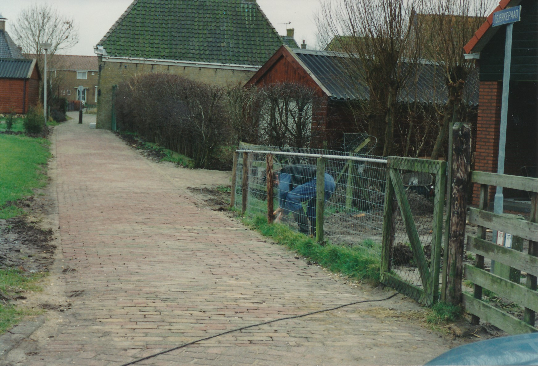 Fotoalbum Anneke Miedema, 038, Stjerkepaad, Cor Miedema, op de achtergrûn stiet it hûs fan Tomke Hoogma, hûs is letter ôfbrutsen troch de Fam. Faber, 1993