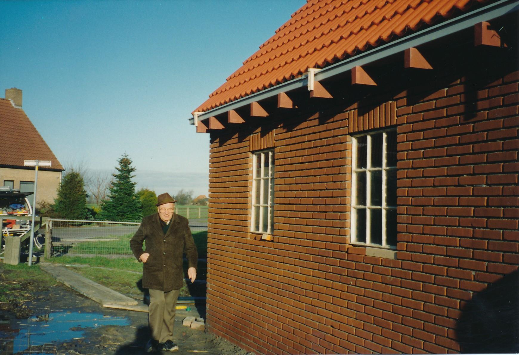 Fotoalbum Anneke Miedema, 039, bou fan it hokje fan Cor en Anneke Miedema, de heer Planken by it nije hok, 1993