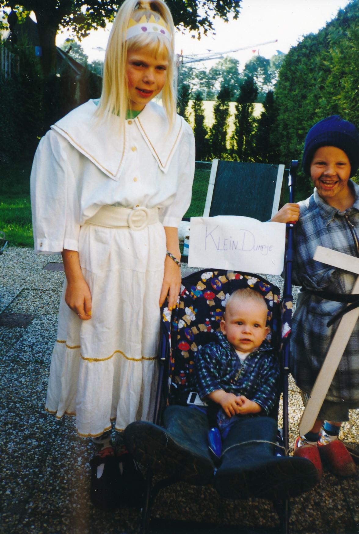 Fotoalbum Anneke Miedema, 059, Jitske en Sape ferklaait foar de merke 1998,Tjitze Miedema yn it fermidden as Klein Duimpje