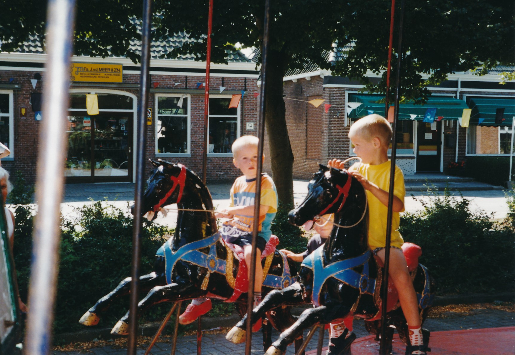 Fotoalbum Anneke Miedema, 063, Jitske en Sape ferklaait foar de merke 1998, augustus