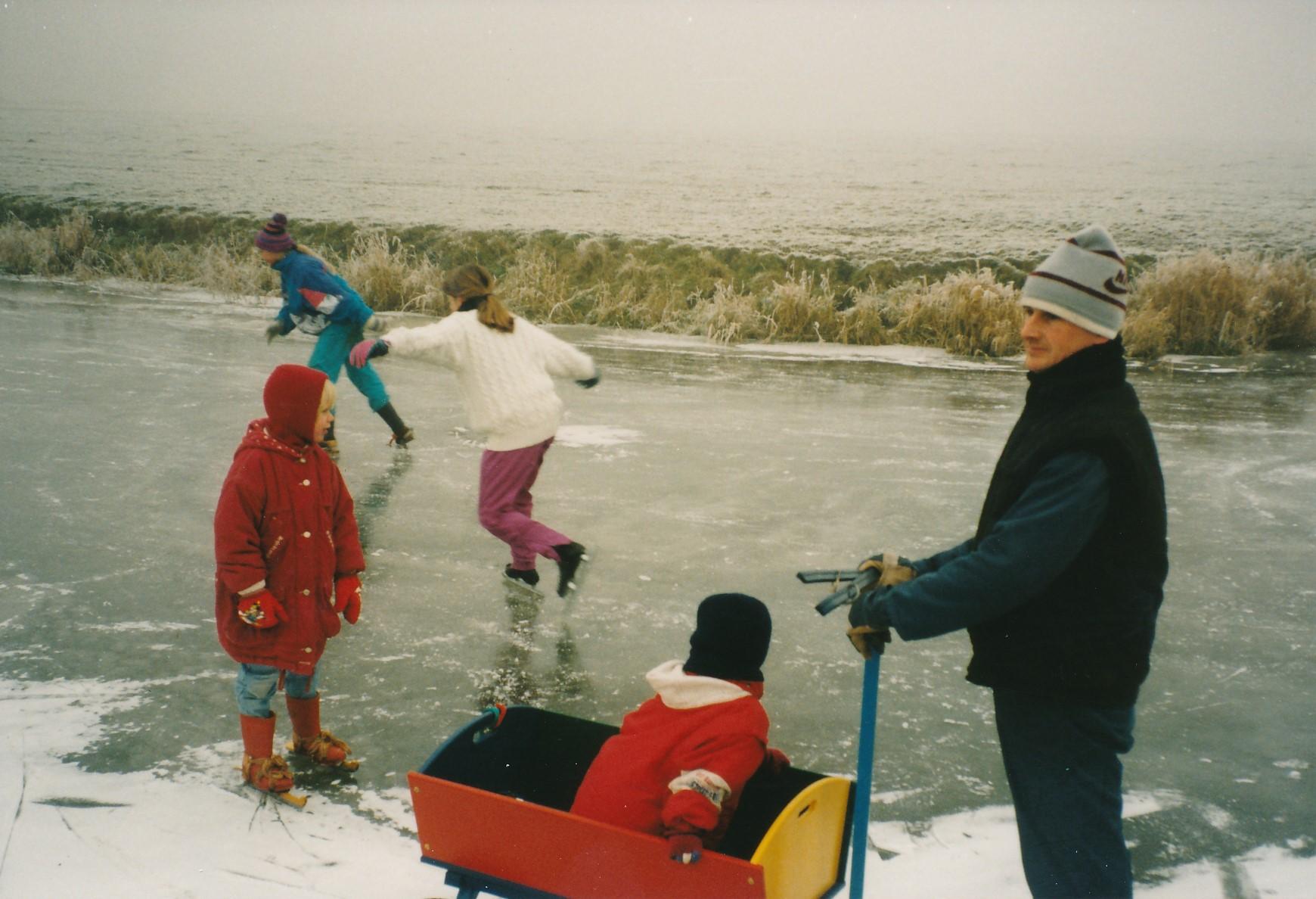 Fotoalbum Anneke Miedema, 115, Reedriden op de Easterwierrumer Ald Feart, februari 1996, u.o. Baukje Boersma, Cor Miedema, Sape yn de bolderkar, Jitske op houtsjes, Imkje Hettinga