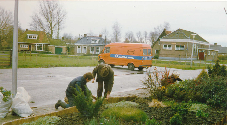 Fotoalbum Anneke Miedema, 124, Oanlis tûn Skourrehofwei, op de achtergrûn de Ald Skoalle en de Bus van Piet van der Meer, 1988