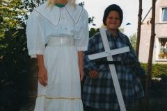 Fotoalbum Anneke Miedema, 058, Jitske en Sape ferklaait foar de merke 1998, augustus