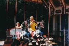 Fotoalbum Anneke Miedema, 060, Jitske en Sape ferklaait foar de merke 1998, augustus