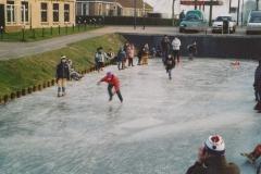 Fotoalbum Anneke Miedema, 088, Winter 2003-2004, hurdriden yn Easterwierrum, skoallebern, Sape Miedema en Jeroen Roorda