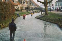Fotoalbum Anneke Miedema, 089, Winter 2003-2004, hurdriden yn Easterwierrum, skoallebern, Sape Miedema en Sasia Abing