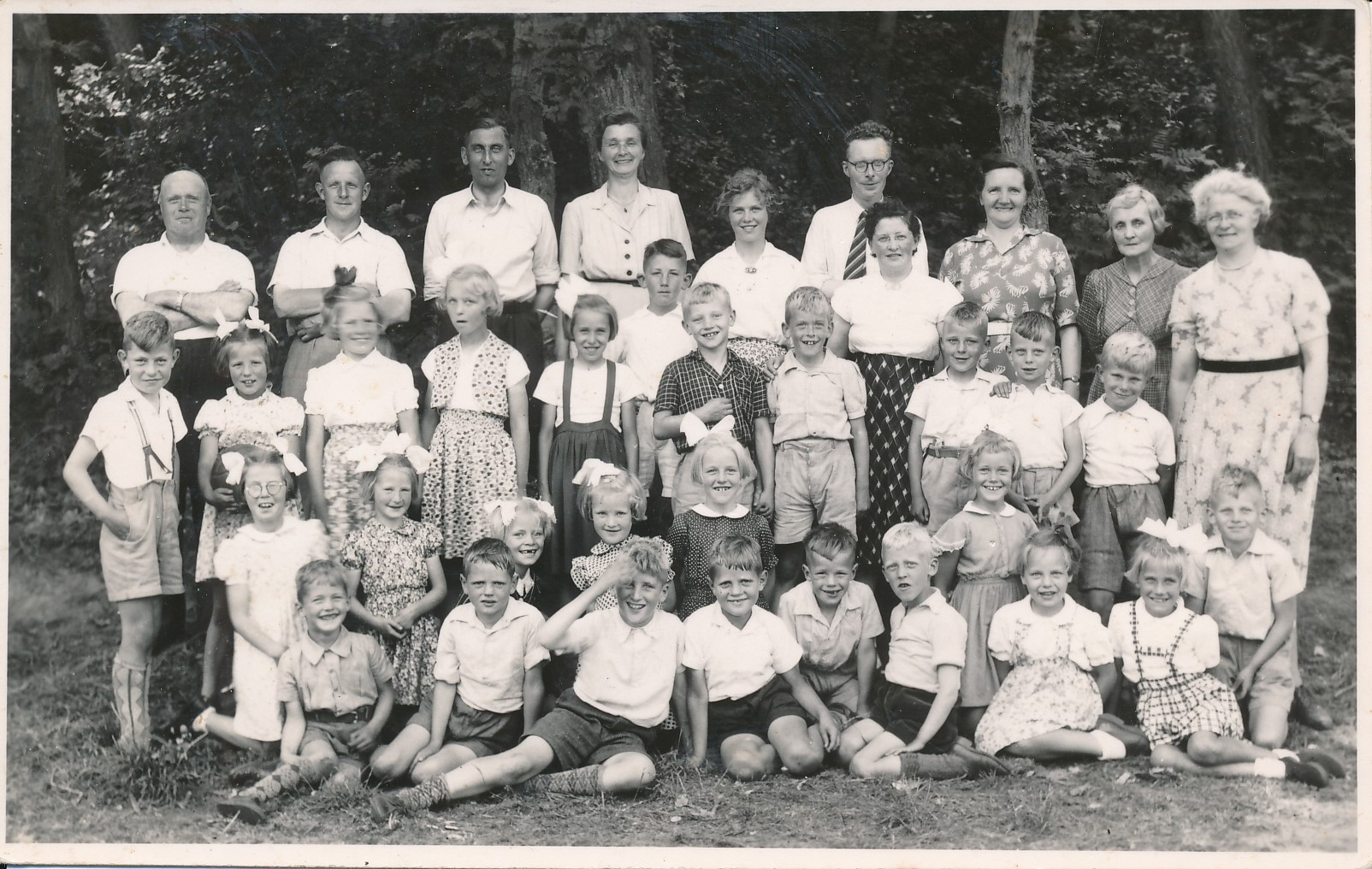 Fotoalbum Eddie Groen, 015, Skoalfoto, u.o. Yde Terpstra, juffer Sibbeltsje, master van Manen,1952