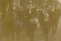 Fotoalbum Eddie Groen, 004, Korps troch de buorren op de Doarpsstrjitte rjochting Mantgum