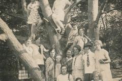 Fotoalbum Eddie Groen, 008, Rjochts Metsje Terpstra, Ted Groen mei strik, Juffer Sibbeltsje