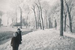 Fotoalbum-Gjetsje-Meintema-Coenraads-003-Stien-tje-en-Gjetsje-Meintema-Op-Tsjerkebuorren-1957-a