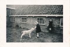 Fotoalbum-Gjetsje-Meintema-Coenraads-004-Stien-tje-en-Gjetsje-Meintema-Op-Tsjerkebuorren-1957