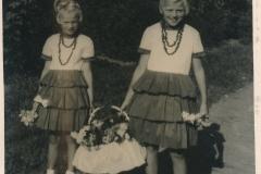 Fotoalbum-Gjetsje-Meintema-Coenraads-005-Stien-tje-en-Gjetsje-Meintema-Optocht-1960-tiidens-de-Merke