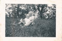 Fotoalbum-Gjetsje-Meintema-Coenraads-007-Stien-tje-en-Gjetsje-Meintema-Op-Tsjerkebuorren-1957