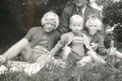 Fotoalbum-Gjetsje-Meintema-Coenraads-021-Stien-Gryt-en-Gjetsje-en-Bontje-Doeke-Meintema-1958