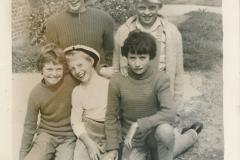 Fotoalbum-Gjetsje-Meintema-Coenraads-027-Boppeste-rige-Pieke-Hoekstra-en-Stien-Meintema-underste-rige-Sjoeke-Sypersma-Trynke-Terpstra-en-Betty-van-der-Meer-Merke-1962