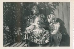 Fotoalbum-Gjetsje-Meintema-Coenraads-032-Beppe-Gjetsje-Meintema-Schuurman-mei-de-twa-lytse-Gjetsjes