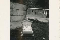 Fotoalbum-Gjetsje-Meintema-Coenraads-034-Gjetsje-yn-de-wein-en-Stien-derachter-jierren-50