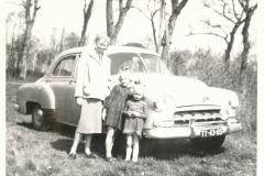 Fotoalbum-Gjetsje-Meintema-Coenraads-035-Harmke-Meintema-de-Vries-mei-twa-bern-Gjetsje-en-Stien-1956