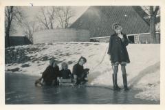Fotoalbum-Gjetsje-Meintema-Coenraads-036-Wieke-Gjetsje-Stien-en-Gjetsje-Runom-1956