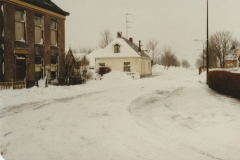 Fotoalbum-Fam.-Hoekstra-014-Doarpsstrjitte-Op-nei-Mantgum-Easterweirrum-Winter-1979
