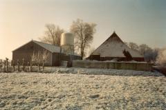 Fotoalbum Meint Miedema, Winterfoto pleats Hegedyk 1, 02, fanôf Easterwierrum richting Boazum, hok en achterkant fan de buorkerij, rûnom 1985