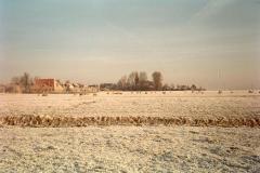 Fotoalbum Meint Miedema, Winterfoto pleats Hegedyk 1, 03, Easterwierrum besjoen fanôf de pleats fan Miedema, rûnom 1985