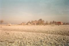 Fotoalbum Meint Miedema, Winterfoto pleats Hegedyk 1, 05, Sicht op Easterwierrum, hûs fan Jan en Anne Altenburg, en Germ boersma rûnom 1985