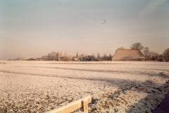 Fotoalbum Meint Miedema, Winterfoto pleats Hegedyk 1, 07, Sicht op de buorren, Jetse Dijkstra (Gertjan Koster) en Germ Boersma, rûnom 1985