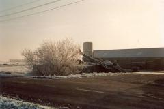 Fotoalbum Meint Miedema, Winterfoto pleats Hegedyk 1, 08, De âlde útmestmachine fan Miedema, op de achtergrûn sicht op it hok, rûnom 1985