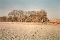 Fotoalbum Meint Miedema, Winterfoto pleats Hegedyk 1, 10, fan achterút it lân richting de pleats, wer no tsjintwurdich it fietspaad lâns de swette leit, rûnom 1985
