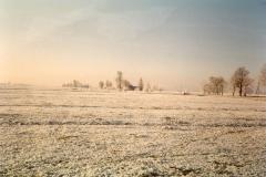 Fotoalbum Meint Miedema, Winterfoto pleats Hegedyk 1, 11, Sicht fanôf de pleats op Yep en Jikkie Boersma, no Hans en Willemke Boersma richting Boazum, rûnom 1985