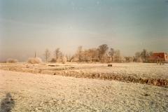 Fotoalbum Meint Miedema, Winterfoto pleats Hegedyk 1, 13, Sicht op pleats fan Germ Boersma en Jan en Anne Altenburg, fanút it lân, flakby de folkstún , rûnom 1985