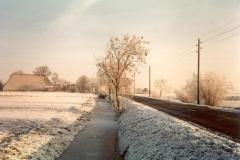 Fotoalbum Meint Miedema, Winterfoto pleats Hegedyk 1, 15, Sicht op de Hegedyk richting Easterwierrum, rûnom 1985