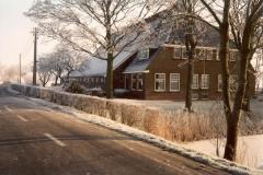 Fotoalbum Meint Miedema, Winterfoto pleats Hegedyk 1, 17, de foar- en sidekant fan de pleats fanôf de dyk, richting Easterwierrum, rûnom 1985