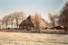 Fotoalbum Meint Miedema, Winterfoto pleats Hegedyk 1, 19, de foarkant fan de pleats fanút it lân, rûnom 1985