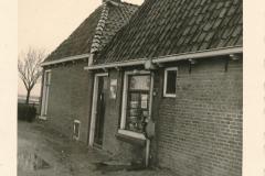 Fotoalbum Sytse Alberda, 002, hûs fan fam. Alberda mei winkel, De Dille 2, januari-maart 1962