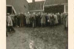 Fotoalbum Sytse Alberda, 005, boere boelguod, vermoedelijk op de boerderij fan Landman, maart 1962