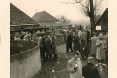 Fotoalbum Sytse Alberda, 006, boere boelguod, vermoedelijk op de boerderij fan Landman, maart 1962