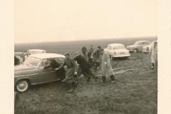 Fotoalbum Sytse Alberda, 007, boere boelguod, vermoedelijk op de boerderij fan Landman, maart 1962