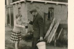 Fotoalbum Sytse Alberda, 024, Alberda achter hûs op de Dille, Juny 1962